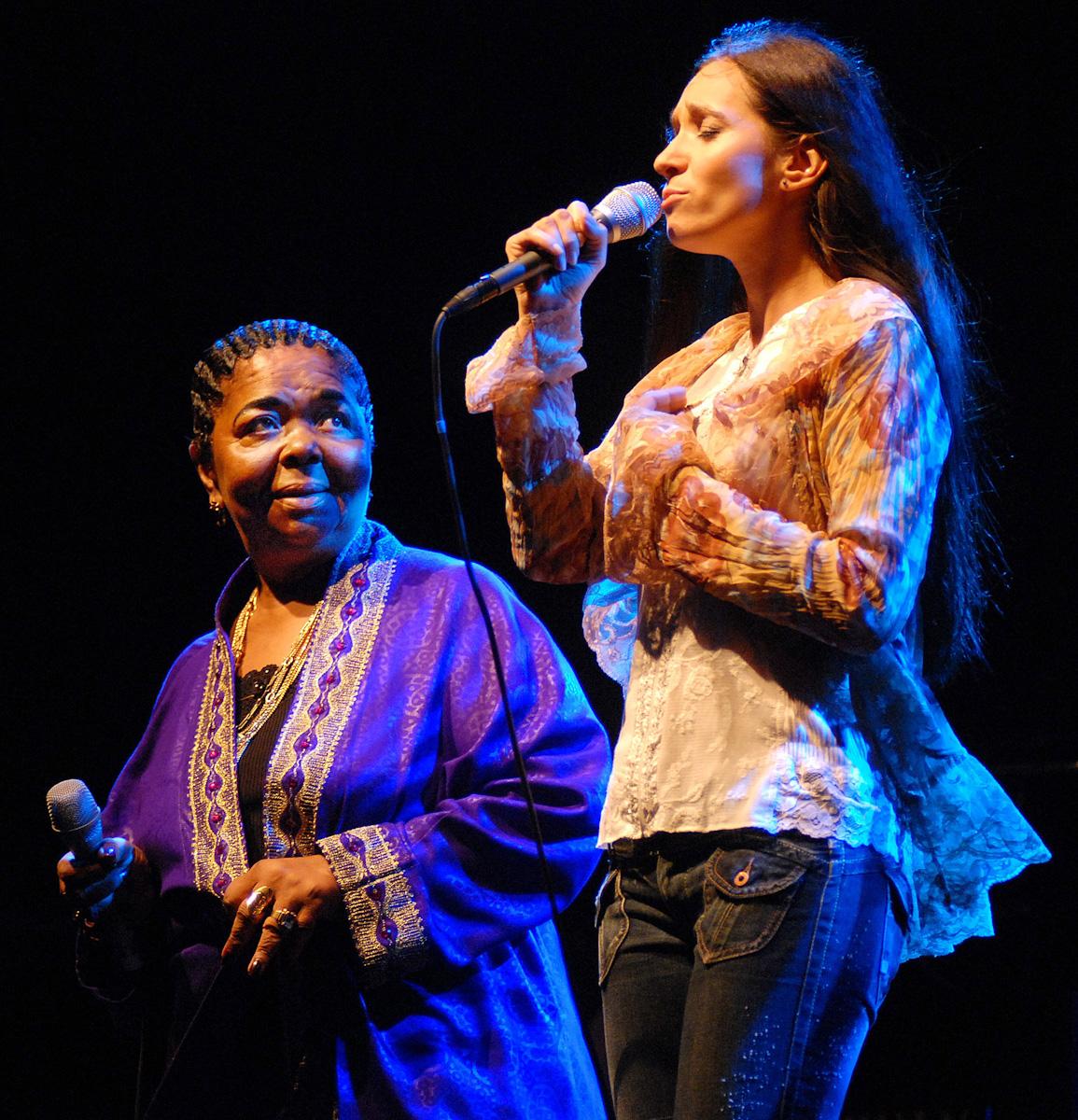 Cesaria Evora i Dorota Miśkiewicz podczas koncertu na Skwerze Kościuszki w Gdyni.