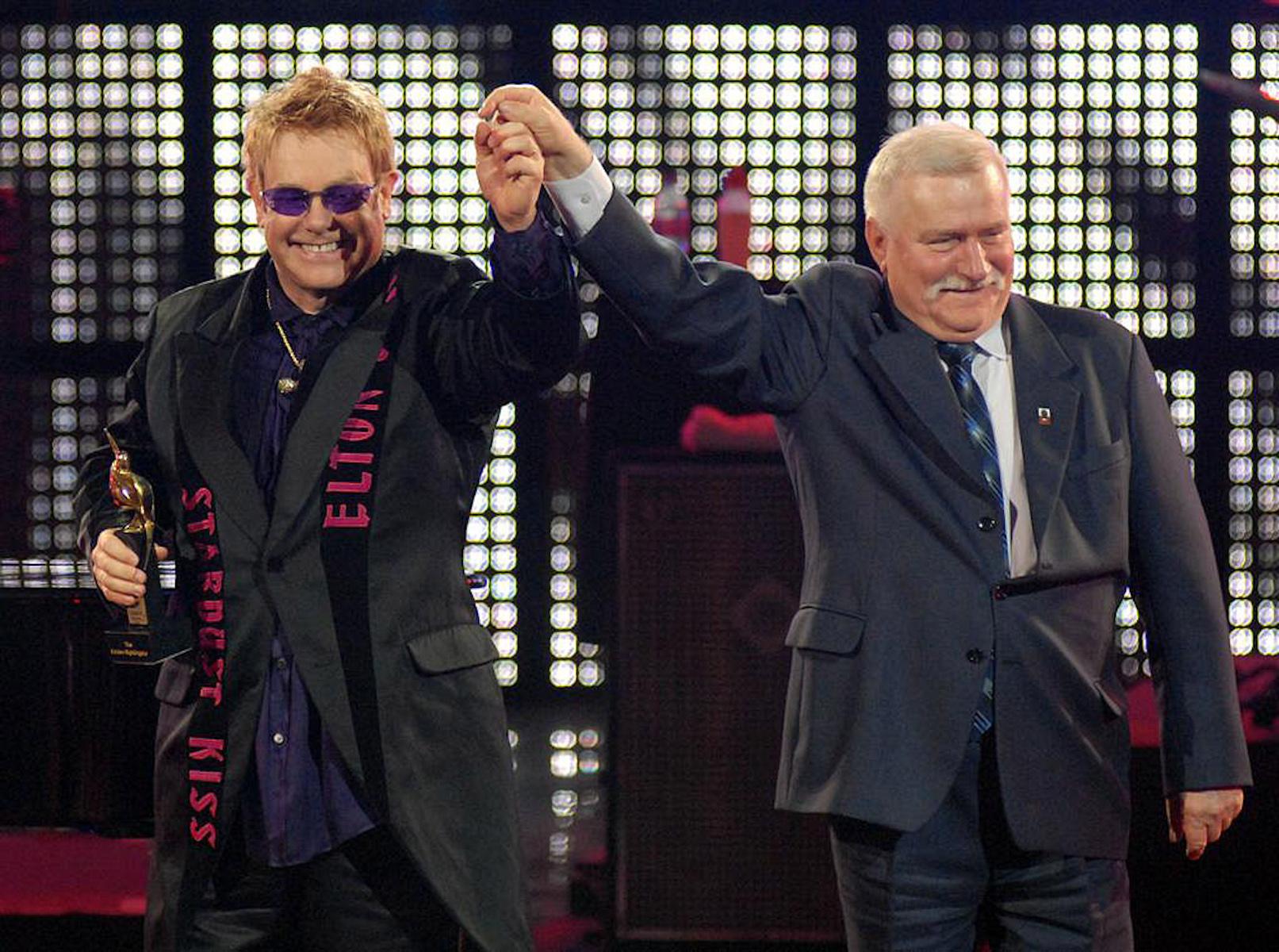 Piosenkarz Elton John i były prezydent RP Lech Wałęsa podczas festiwalu w Operze Leśnej w Sopocie.